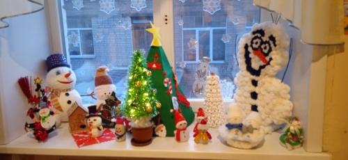 Выставка ёлочек и снеговиков