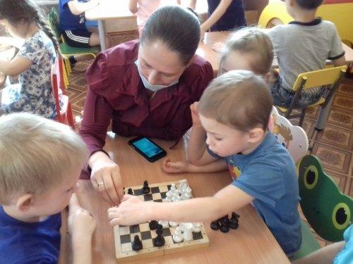 Состязания по  шахматам  и шашкам