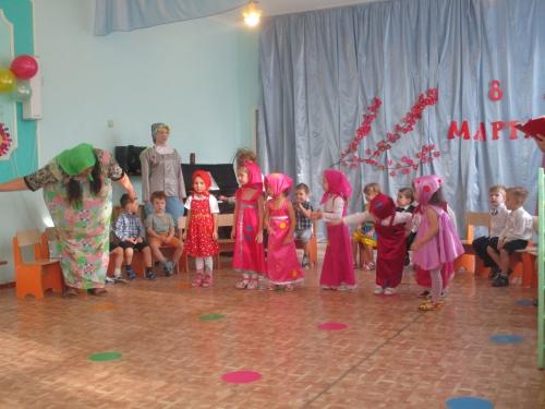 Первые весенние поздравления от младшей группы!!!