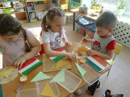 """В чем особенности расцветки флага родного города, разбирались дети группы№ 4 """" Фантазеры""""!"""